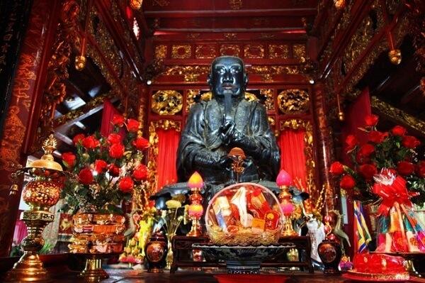 tượng đồng đen ở đền quán thánh